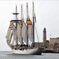 El Buque-Escuela Juan Sebastián de Elcano viste sus 20 velas en señal de pésame
